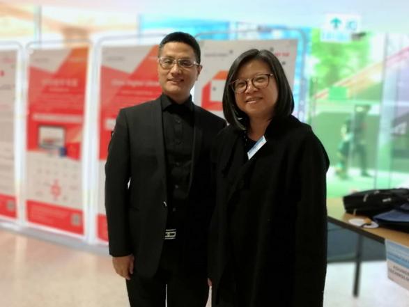 图为方正阿帕比总经理罗学文先生与香港公开大学高级助理图书馆长林