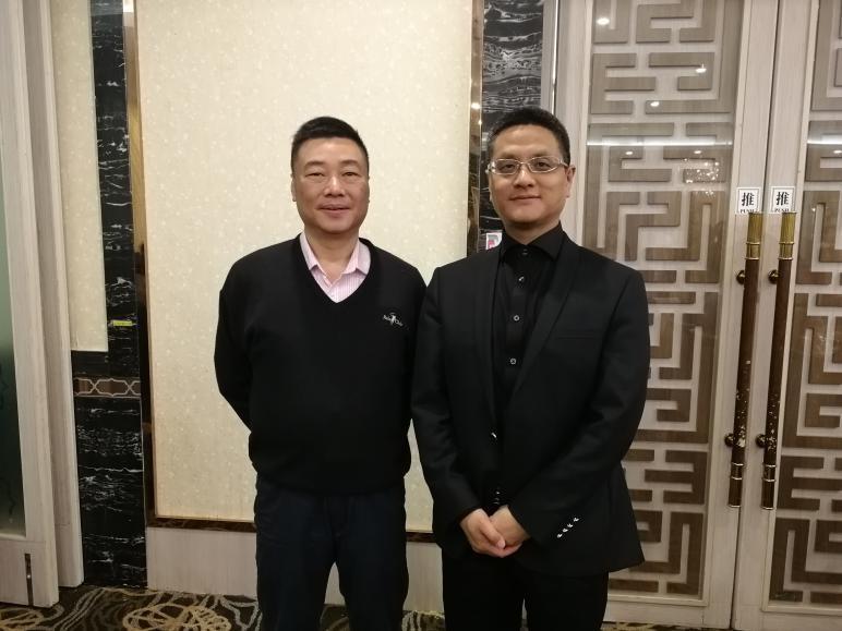 图为方正阿帕比总经理罗学文先生与香港岭南大学图书馆副馆长杨继贤